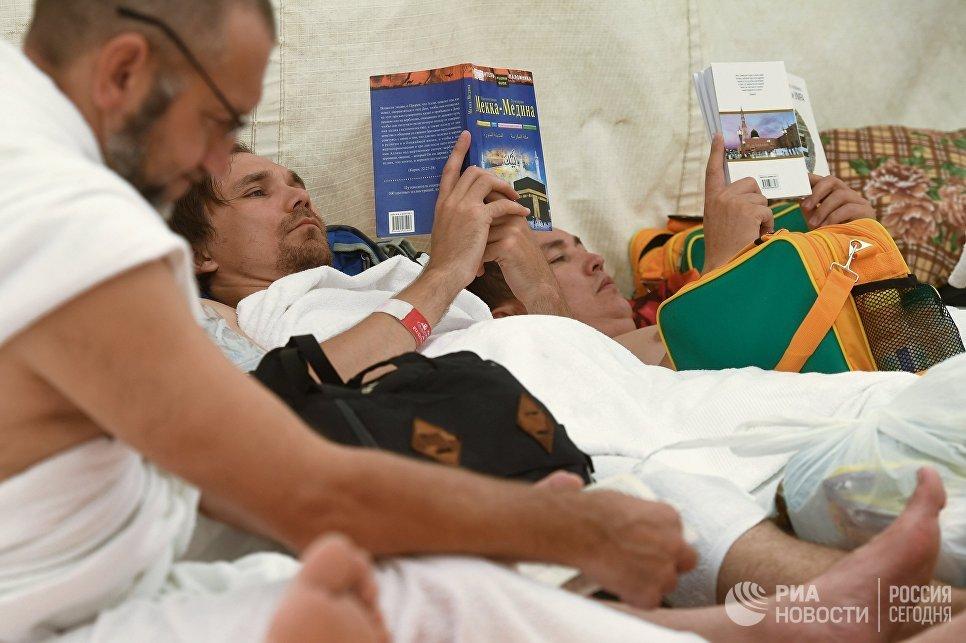 Группа паломников из России в палаточном лагере в Мине