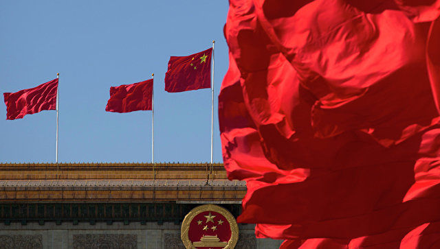 Флаги Китая на здании Дома народных собраний в Пекине