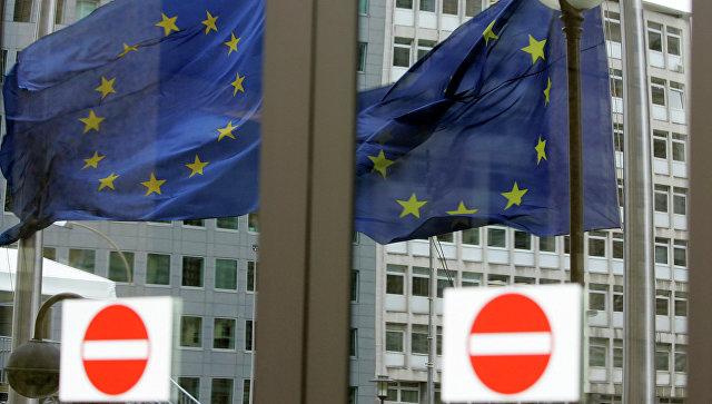 Флаг Евросоюза в отражении дверей. Архивное фото