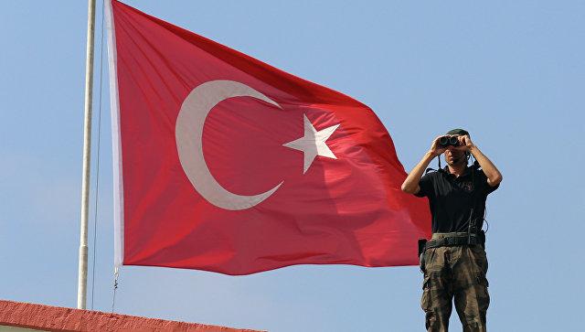 Турецкий военный на фоне флага