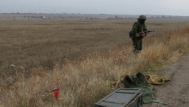 Сапер ополчения Донецкой народной республики проводит разминирование территории поселка Александровка в пригороде Донецка. Архивное фото