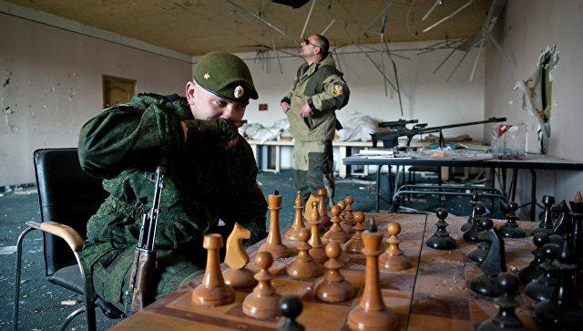 Ополченцы ДНР играют в шахматы на окраине Донецка, Украина