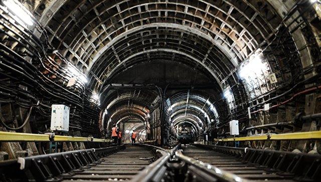Сотрудники службы пути во время работ в одном из тоннелей московского метрополитена. Архивное фото