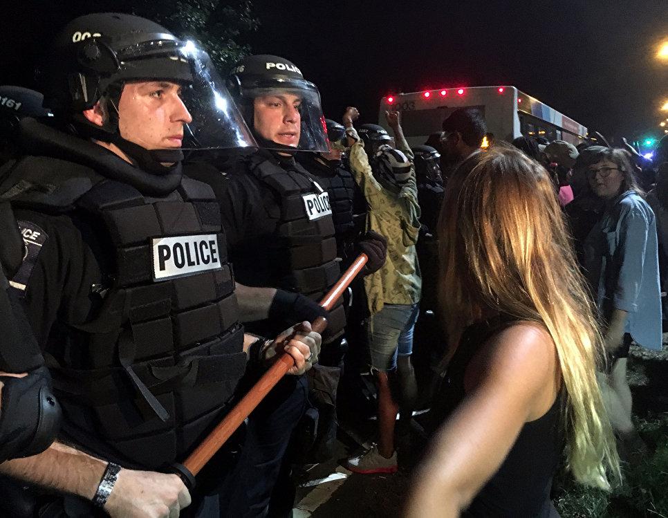 12 полицейских ранены в итоге беспорядков вСША