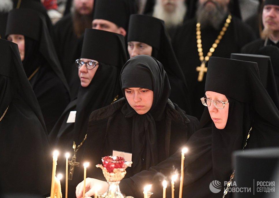 Верующие во время богослужения в честь прибытия мощей святого Силуана Афонского