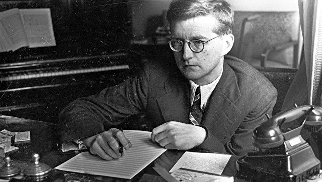 Композитор Дмитрий Шостакович во время работы. Архивное фото