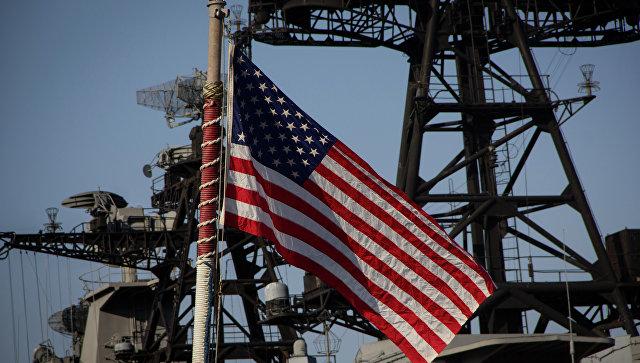 Американский флаг на военном судне. Архивное фото