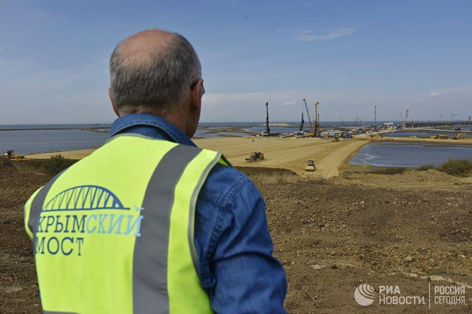 Вид на строительную площадку моста через Керченский пролив со стороны Таманского полуострова