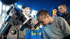 Мальчик смотрит в телескоп. Архив