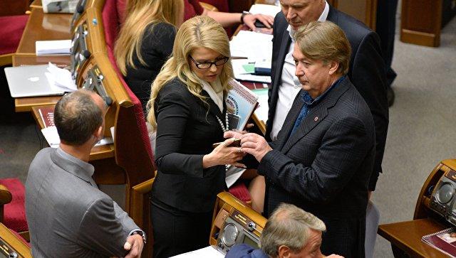 Лидер фракции ВО Батькивщина Юлия Тимошенко (в центре) на заседании Верховной рады Украины
