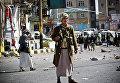 Повстанцы-шииты патрулируют улицу, ведущую к президентскому дворцу в Сане, Йемен. 20 января 2015 года