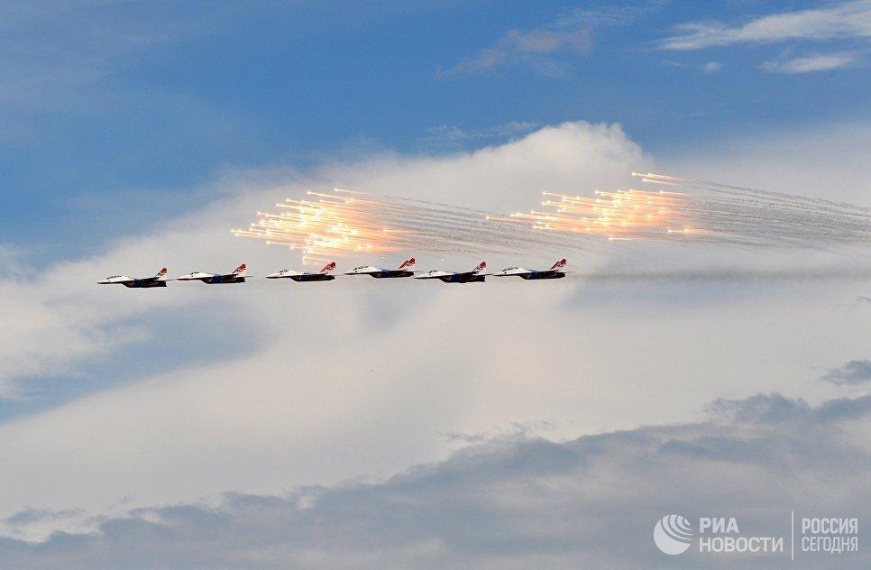 Многоцелевые истребители МиГ-29 пилотажной группы Стрижи на международной выставке Гидроавиасалон-2016 в Геленджике