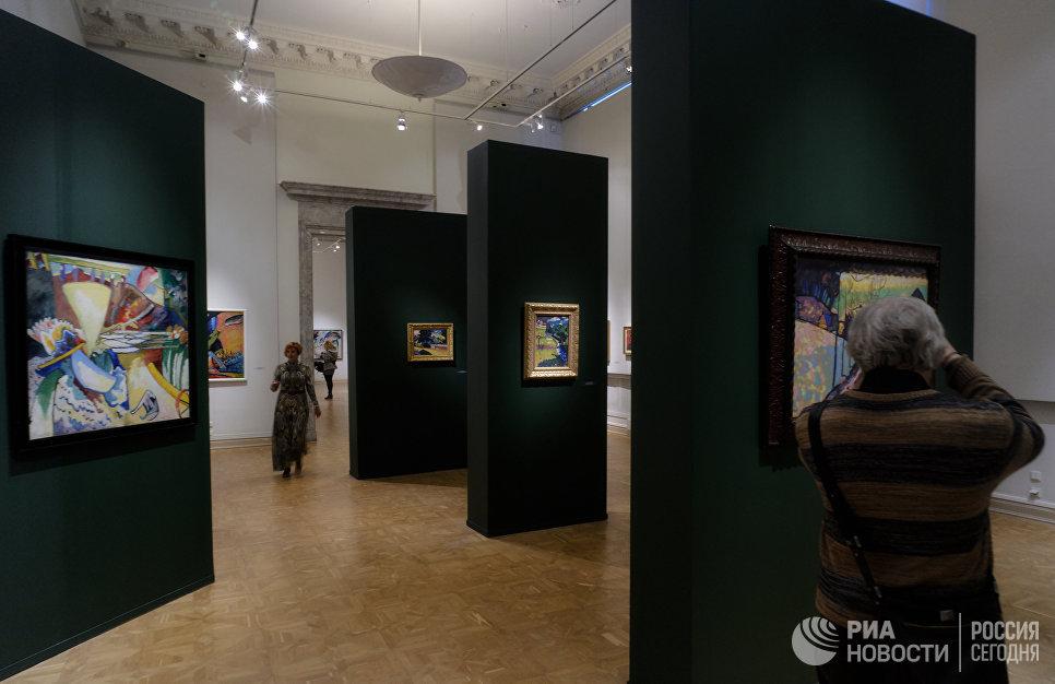 Посетители на открытии выставки Василий Кандинский и Россия в корпусе Бенуа Русского музея в Санкт-Петербурге