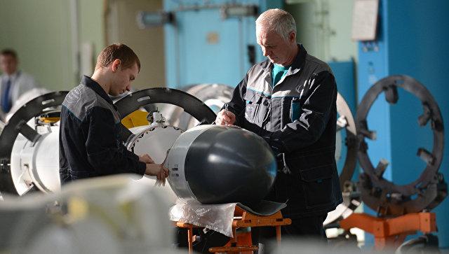 Рабочие в одном из цехов ОАО Корпорация Тактическое ракетное вооружение