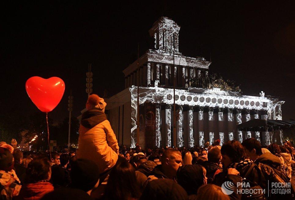 Световая инсталляция на фасаде павильона ВДНХ на московском международном фестивале Круг света