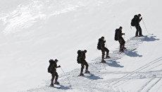 Военнослужащие разведывательной роты во время лыжной подготовки в горах. Архивное фото