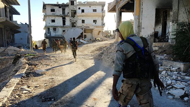 Бойцы ополчения в освобожденном от террористов лагере палестинских беженцев Хандарат на северо-востоке Алеппо