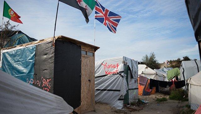 Милиция Франции отбирает обувь ителефоны убеженцев вКале
