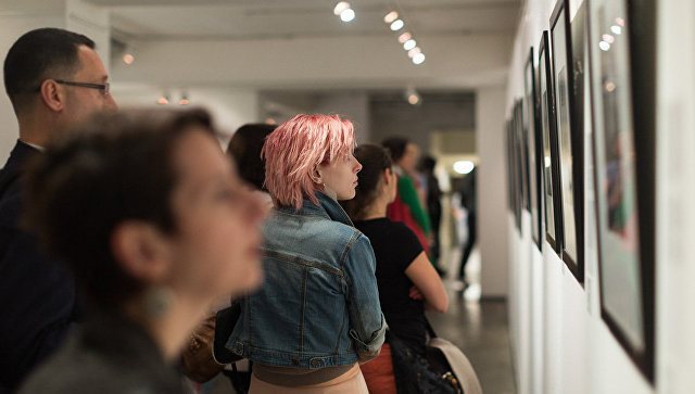 Посетители на выставке. Архивное фото