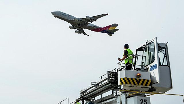 Обслуживание самолетов в аэропорту Домодедово. Архивное фото