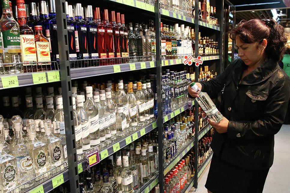 Стоимость бутылки водки необходимо снизить до100 руб. — Минпромторг