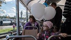 Пассажиры в салоне троллейбуса. Архивное фото
