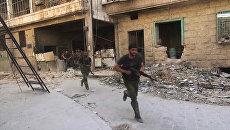 Бойцы сирийской армии в наступлении на позиции боевиков Джебхат-ан-Нусра  в восточном квартале Алеппо. Архивное фото