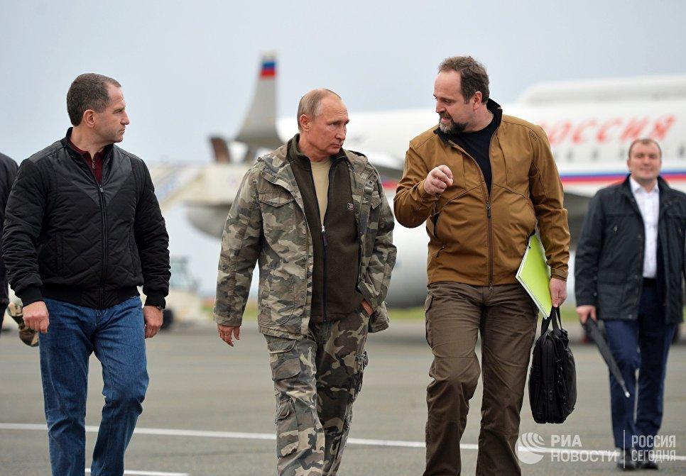 Президент РФ Владимир Путин во время встречи в аэропорту Оренбурга. 3 октября 2016