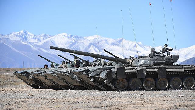 Танки Т-80 во время тактических учений стран ОДКБ Рубеж-2016. Архивное фото