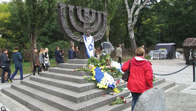 ВБабьем Яру неизвестные облили краской монумент жертвам Холокоста