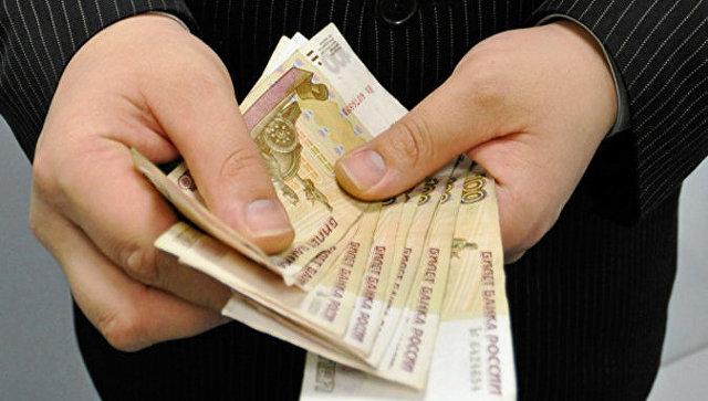 Купюры достоинством сто рублей. Архивное фото