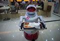 Робот подает заказ клиентам в ресторане в Китае