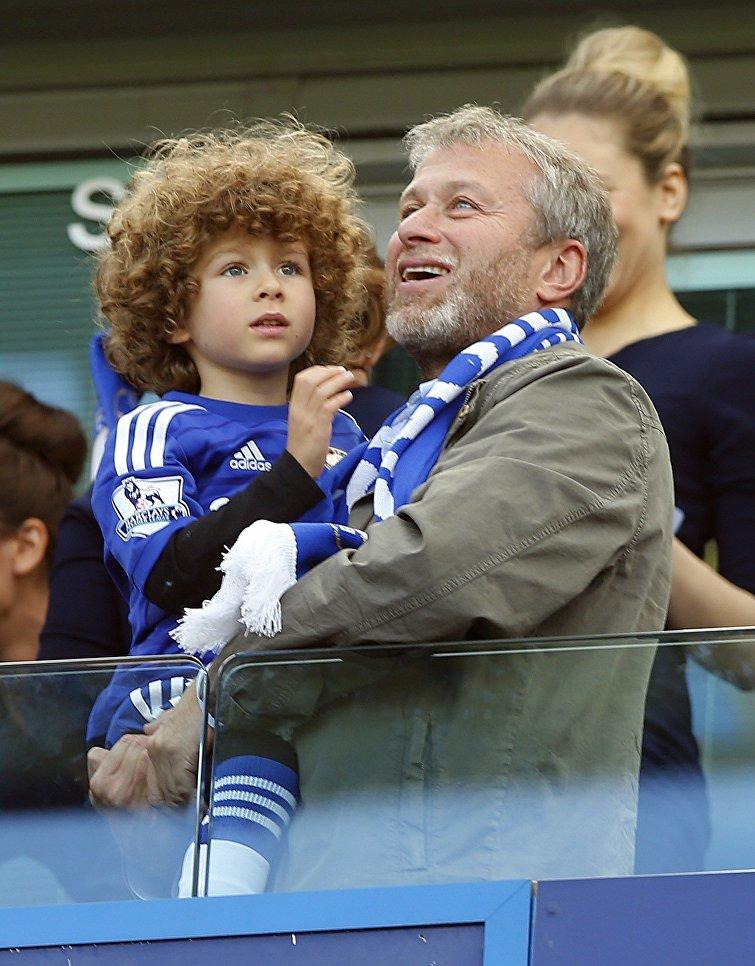 Роман Абрамович с сыном Аароном на футбольном матче в Лондоне