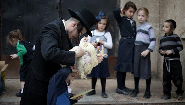 Ритуал с петухом в праздник Йом Кипур (День искупления). Архивное фото
