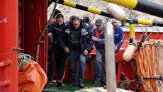 Один из спасенных членов экипажа плавучего крана, затонувшего у берегов Крыма, в порту Балаклавы
