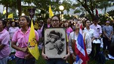 Женщины с портретом короля Таиланда Пхумипхона Адулъядета в Бангкоке. 13 октября 2016