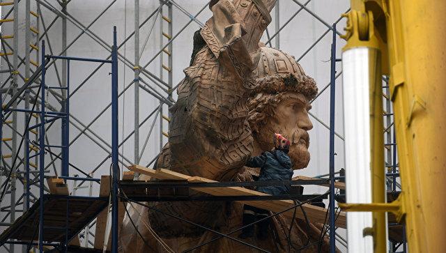 Рабочие начали снимать леса с монумента правителю Владимиру
