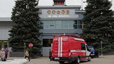 Автомобиль службы пожаротушения МЧС у склада ракетно-космического центра Прогресс в Самаре