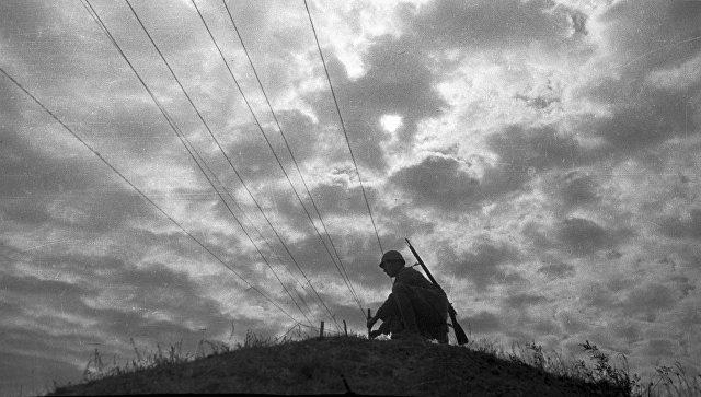 Связист тянет провода полевой армейской связи. 1942 год