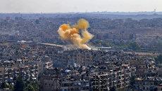 Дым от взрыва в районе гуманитарного коридора, подготовленного для вывода мирных жителей и боевиков в восточном Алеппо. 20 октября 2016