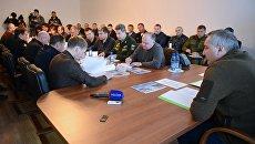 Заместитель председателя правительства РФ Дмитрий Рогозин (справа) проводит совещание с представителями Спецстроя и Роскосмоса в городе Циолковском - жилом комплексе космодрома Восточный в Амурской области. 24 октября 2016