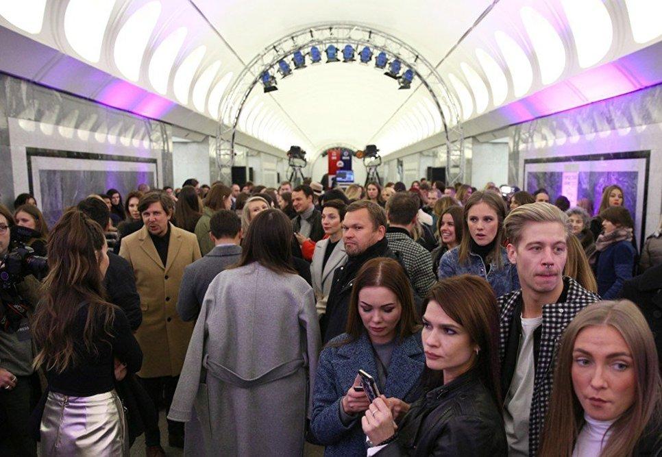 Посетители во время показа коллекции модельера Александра Терехова на платформе станции метро Достоевская