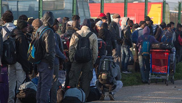 Наместе лагеря мигрантов вКале остались мечети, церковь иавтофургоны