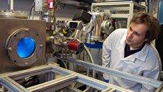 Сотрудник наблюдает за работой плазменного генератора в лаборатории национального исследовательского ядерного университета МИФИ в Москве