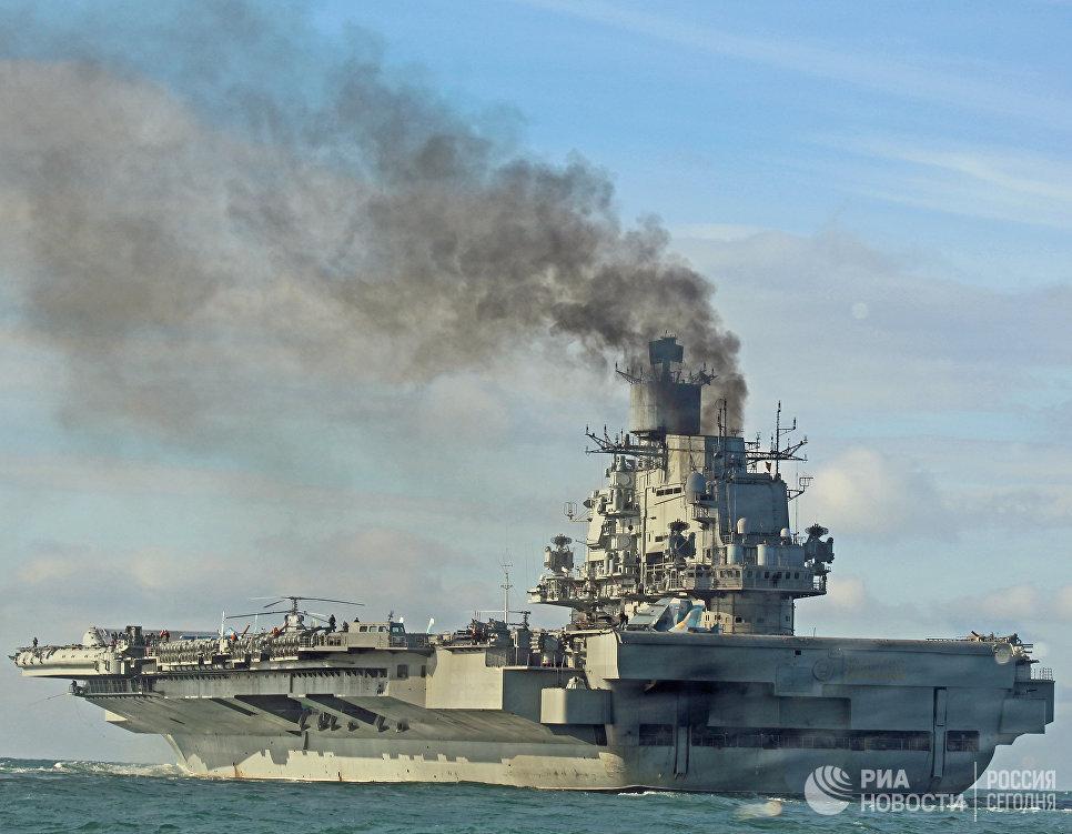 Тяжелый авианесущий крейсер Адмирал Флота Советского Союза Кузнецов во время прохода авианосной группы Северного флота России через пролив Ла-Манш
