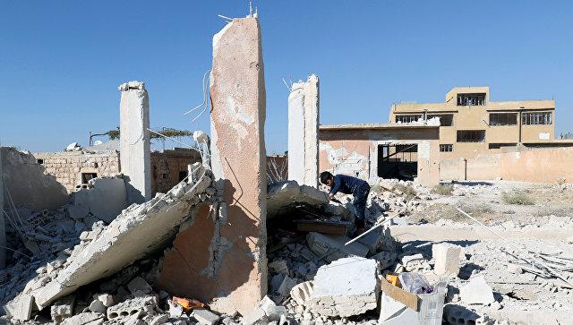 Разрушенная в результате авиаудара школа в сирийской провинции Идлиб