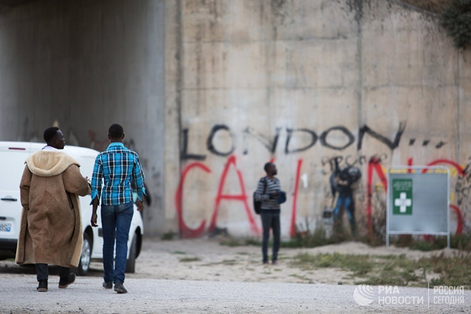 Стихийный лагерь мигрантов в пригороде города Кале на севере Франции
