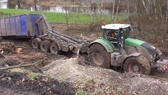 Трактор сам вытащил себя из грязи