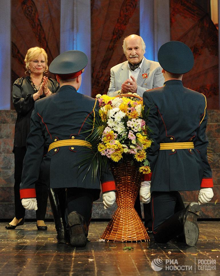 Актер Владимир Зельдин в сцене из спектакля Танцы с учителем в Центральном Театре Российской Армии