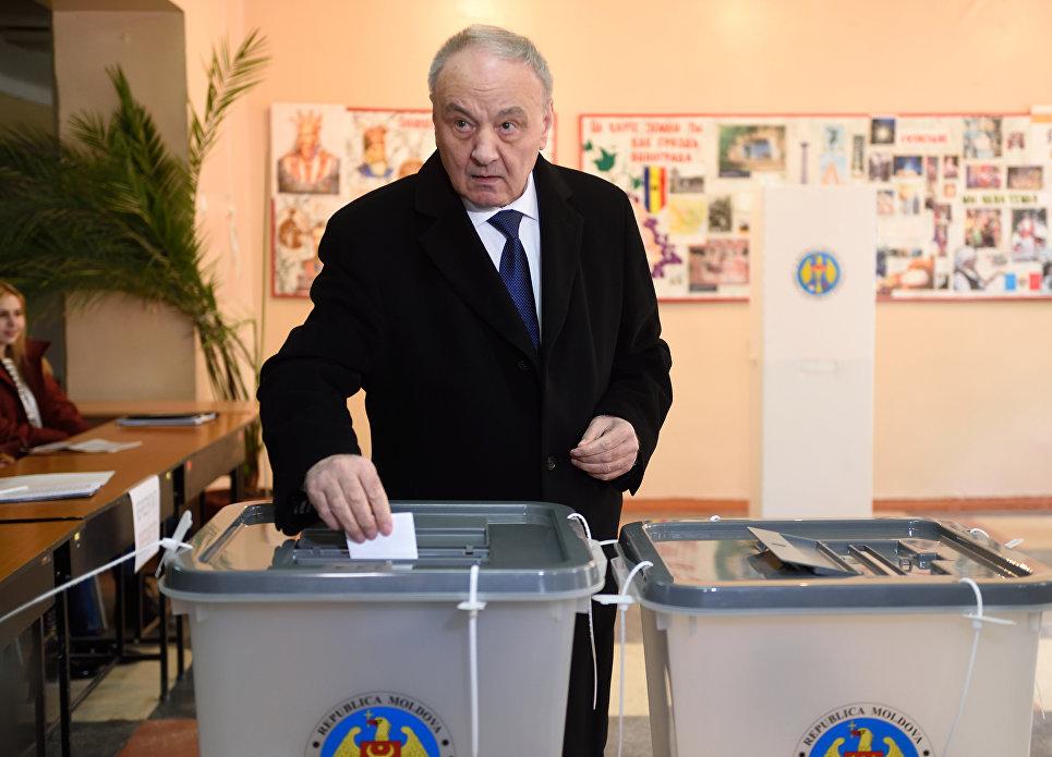 Президент Молдавии Николай Тимофти на избирательном участке в Кишиневе